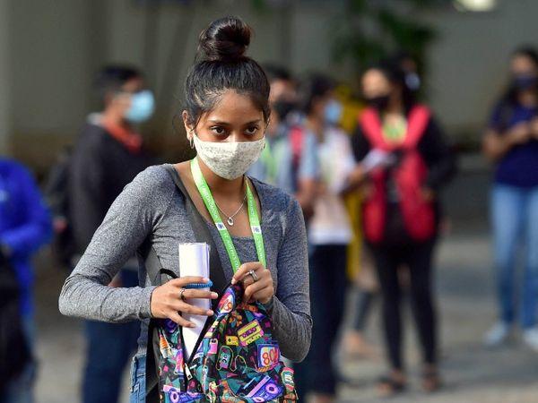 फोटो बेंगलुरु की है। करीब 7 महीने बाद मंगलवार से सारे कॉलेज फिल से खुल गए। पहले दिन बड़ी संख्या में छात्र-छात्राएं पहुंचे। कोरोना से बचाव के लिए ज्यादातर छात्र मास्क पहने दिखे। - Dainik Bhaskar