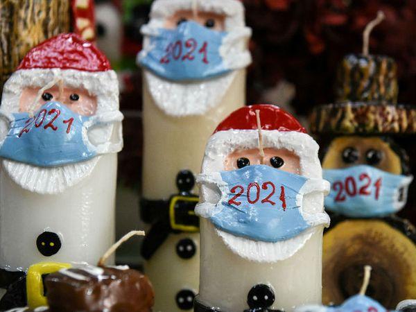 यह फोटो ग्रीस का है। क्रिसमस के लिए बाजार सज चुके हैं। इस बार कैंडल्स पर भी कोरोना का असर नजर आ रहा है। सांता क्लॉज के आकार में ढली यह मोमबत्ती भी मास्क लगाए नजर आ रही है। - Dainik Bhaskar