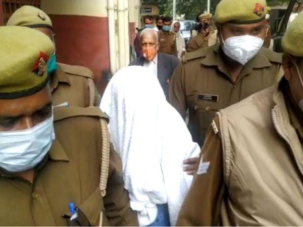 मंगलवार को CBI ने JE रामभवन को चित्रकूट स्थित उसके आवास से उसे गिरफ्तार किया था। उस पर 10 साल में 50 से अधिक बच्चों के साथ यौन शोषण करने का आरोप है। CBI आरोपी के विदेशी नेटवर्क को खंगालना चाहती है। - Dainik Bhaskar
