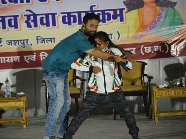 हमलावर से डिफेंस करने की ट्रिक सिखातीं ट्रेनर हर्षा। - Dainik Bhaskar