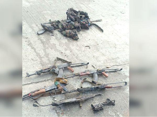 ब्लास्ट में जली आतंकियों की AK-47 राइफलें।