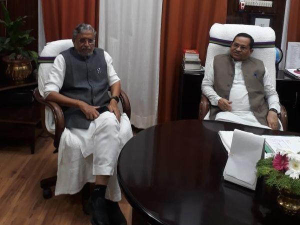 आचार समिति का अध्यक्ष बनने के बाद विधान परिषद के सभापति अवधेश नारायण सिंह के साथ सुशील मोदी। - Dainik Bhaskar