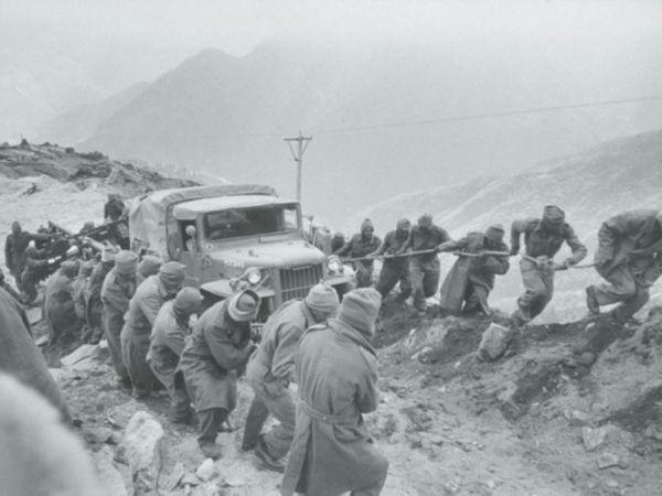 ये तस्वीर 1962 में हुए भारत-चीन युद्ध के समय की है। पहाड़ी इलाका होने की वजह से भारतीय सेना को अपने हथियार लाने-ले जाने में काफी दिक्कतें उठानी पड़ती थीं। चीन ने भी उस समय अचानक हमला कर दिया था। भारत उस समय युद्ध के लिए तैयार भी नहीं था।