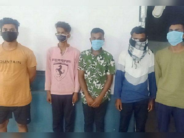 दुर्ग कोतवाली पुलिस ने 5 आरोपियों को गिरफ्तार कर लिया है। जबकि ठेका संचालक अमन दुबे और NSUI नेता सोनू यादव फरार है।