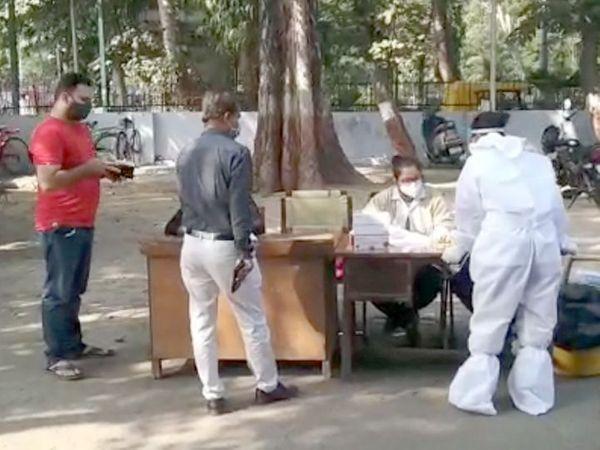 कोरोना टेस्ट के लिए जगह-जगह बनाए गए हैं सेंटर। - Dainik Bhaskar
