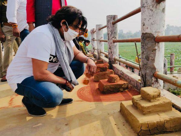 घाट पर बनी बेदी को देखते सांसद रवि किशन।