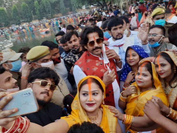 यह फोटो गोरखपुर की है। सांसद रवि किशन के साथ सेल्फी लेती महिलाएं। - Dainik Bhaskar