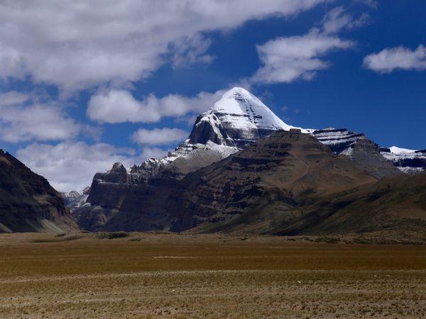 6638 मीटर की ऊंचाई पर स्थित कैलाश पर्वत। यह वर्तमान में तिब्बत क्षेत्र में स्थित है। - Dainik Bhaskar