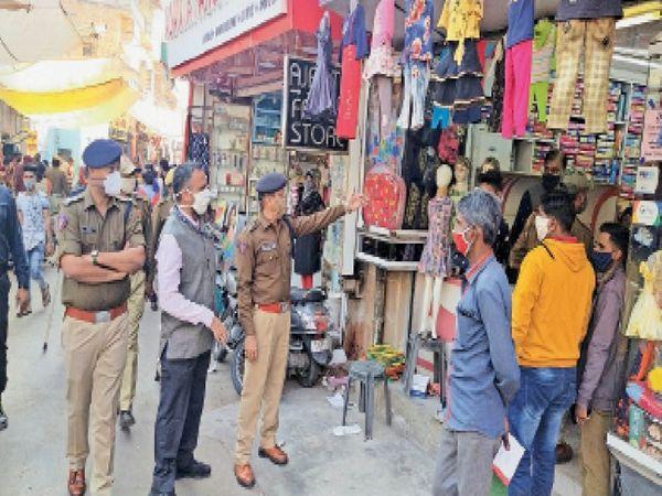 नगर निगम और पुलिस के अफसरों ने कई दुकानदारों को चेतावनी देते हुए सावधानी बरतने को कहा। - Dainik Bhaskar