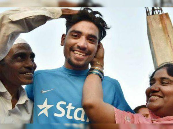 भारतीय टेस्ट टीम में शामिल तेज गेंदबाज मोहम्मद सिराज पिता और मां के साथ। -फाइल फोटो - Dainik Bhaskar