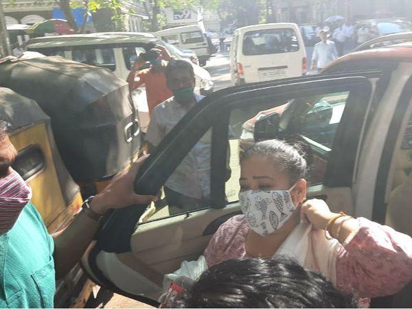 पूछताछ के लिए NCB दफ्तर पहुंचीं भारती।