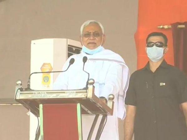 नीतीश कुमार ने शपथ ग्रहण के वक्त जदयू के 5 विधायकों को मंत्री पद की शपथ दिलाई थी। इनमें से मेवालाल चौधरी का मंत्री पद से इस्तीफा हो चुका है। - Dainik Bhaskar