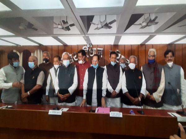 शपथ ग्रहण के बाद नए सदस्यों के साथ मुख्यमंत्री। - Dainik Bhaskar