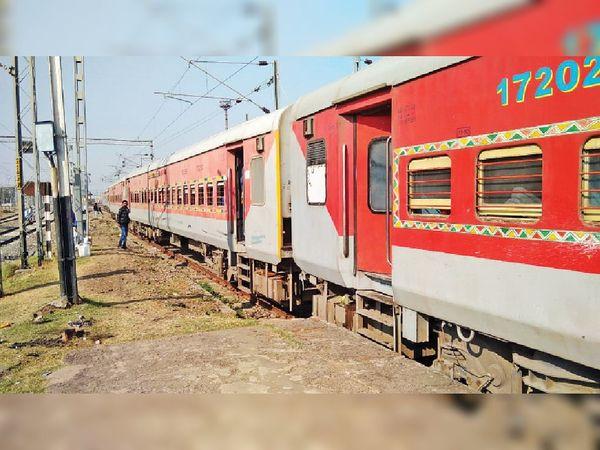 रेलवे की यात्री सुरक्षा में बड़ी लापरवाही : इसी साल जून में यार्ड रिमॉडलिंग का काम पूरा होने के बाद खड़ी विक्रमशिला एक्सप्रेस की चार बोगी प्लेटफॉर्म से बाहर। - Dainik Bhaskar