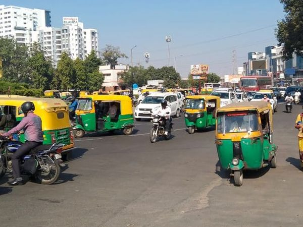 कोरोना के बढ़ते मामलों को देखते हुए अहमदाबाद में शुक्रवार रात 9 बजे से सोमवार सुबह 6 बजे तक कर्फ्यू लगाया गया था। - Dainik Bhaskar
