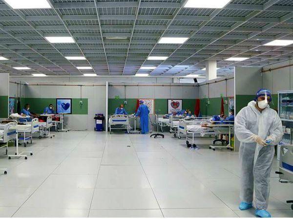 तेहरान के एक अस्पताल में ड्यूटी पर मौजूद डॉक्टर। यहां मरीजों की बढ़ती तादाद को देखते हुए कई शहरों में मेकशिफ्ट अस्पताल तैयार किए जा रहे हैं। -फाइल फोटो।
