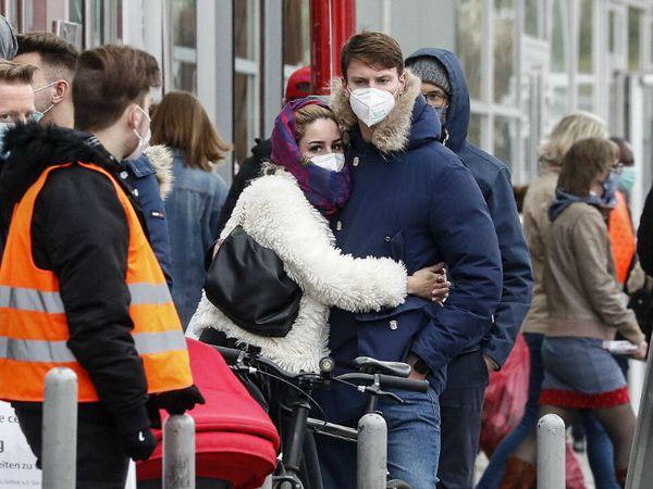 WHO ने यूरोपीय देशों में कोरोना की रोकथाम के इंतजामों को नाकाफी बताया है। जर्मनी में कोविड टेस्टिंग सेंटर के बाहर अपनी बारी का इंतजार करते लोग। -फाइल फोटो