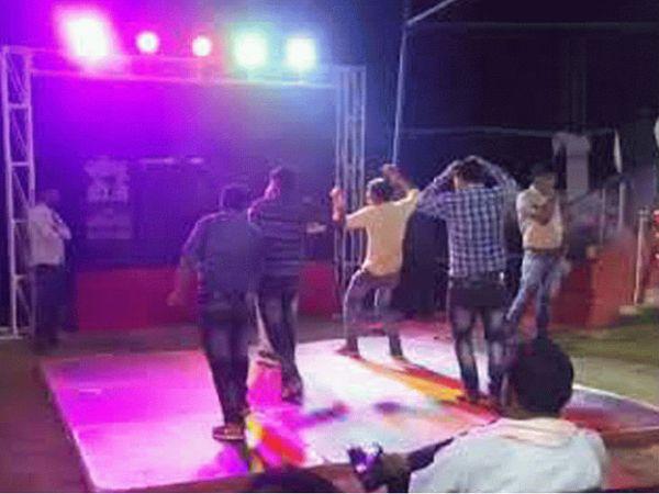 प्रदेश मेंकोरोना के बढ़ते संक्रमण को देखते हुए शादी व अन्य सार्वजनिक समारोह में मेहमानों की संख्या 200 से घटाकर 100 कर दी गई है। - Dainik Bhaskar