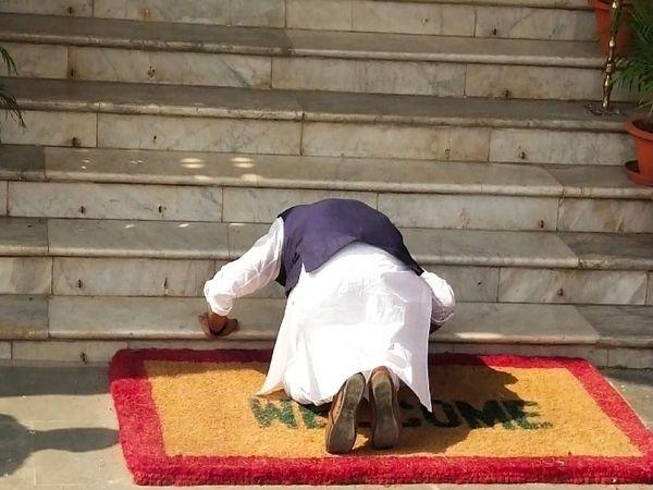 चकाई से निर्दलीय विधायक सुमित सिंह विधानसभा की सीढ़ी को प्रणाम करते हुए।