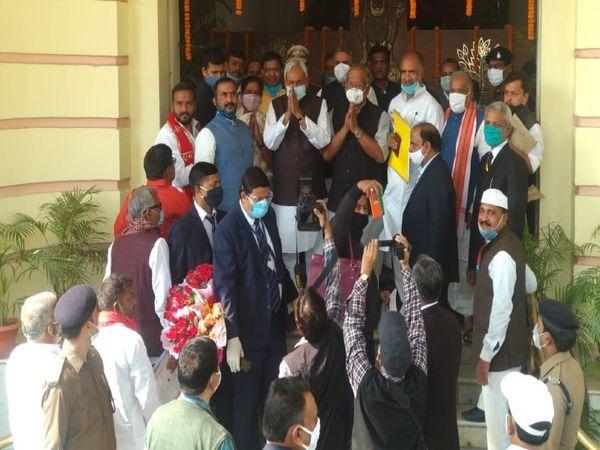 विधानसभा गेट पर विधायकों का अभिवादन करते मुख्यमंत्री नीतीश कुमार।