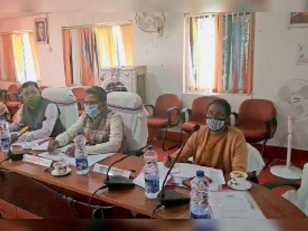 जिप बाेर्ड की बैठक में भाग लेते अध्यक्ष,डीडीसी व अन्य। - Dainik Bhaskar