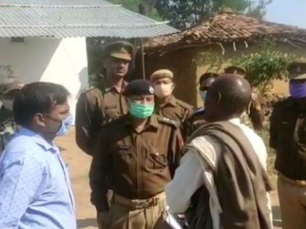 मृतका के गांव पहुंचे जिलाधिकारी सुशील कुमार और एसपी अमित कुमार परिजनों से बातचीत की।
