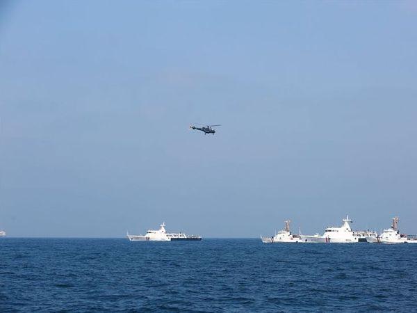 अरब सागर में पाकिस्तान की सीमा में सोमवार को पांच जंगी जहाज और एक हेलिकॉप्टर दिखा था। - Dainik Bhaskar