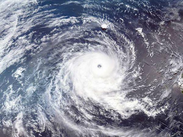 चक्रवाती तूफान असल में घूमती हुई हवा होती है। इसलिए इसके बीच का हिस्सा खाली दिखता है। हमारी आंख की तरह।