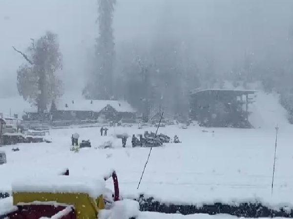 हिमाचल प्रदेश के कुल्लू सोलंग में बुधवार को बर्फ की मोटी चादर बिछ गई। यहां पिछले दो तीन दिनों से रुक-रुक कर बर्फबारी हो रही है। - Dainik Bhaskar