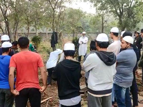 पिरामण गांव में अहमद पटेल के मां-पिता की कब्र के बगल में ही उनके लिए भी कब्र खोदी गई। - Dainik Bhaskar
