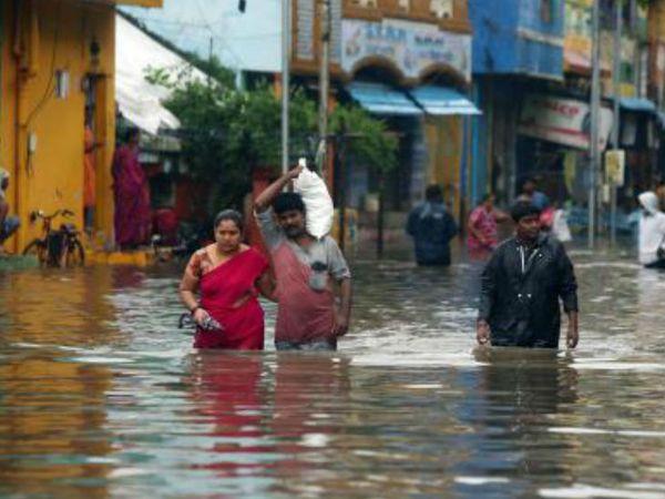 तूफान के चलते पूरे तमिलनाडु में एक लाख से अधिक लोगों को निकाला गया और पुडुचेरी में 1,000 से अधिक लोगों को निकाला गया।
