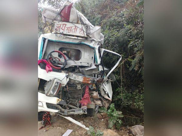 जिला सोलन के औद्योगिक क्षेत्र बद्दी-नालागढ़ नेशनल हाईवे पर क्षतिग्रस्त गाड़ी। - Dainik Bhaskar