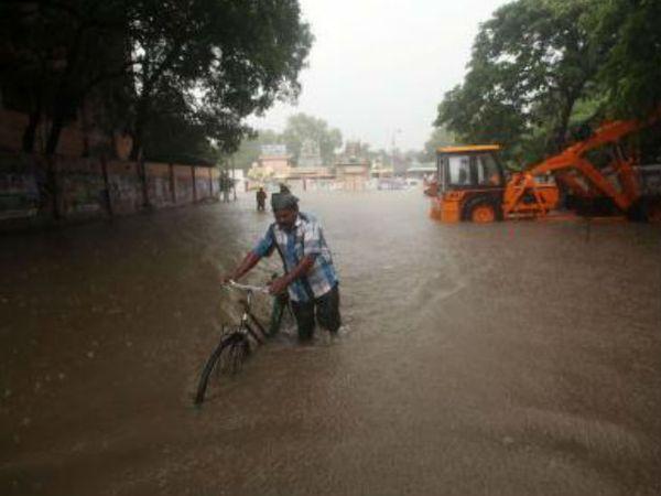 भारी बारिश के बाद चेन्नई के आसपास के क्षेत्रों में गंभीर जल-जमाव हो गया है।