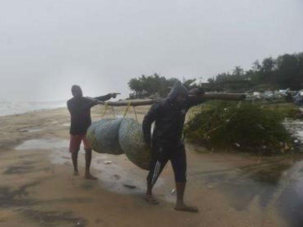 मौसम विभाग के अनुसार, तमिलनाडु के थंजावुरस तिरुवरूर, मइलादुतिरई, अरियालुर, पेरंबलूर, कल्लाकुर्ची, विल्लुरम, तिरुवन्नामलई जिलों के अलावा पुडुचेरी और कराईकल में भारी बारिश हुई।
