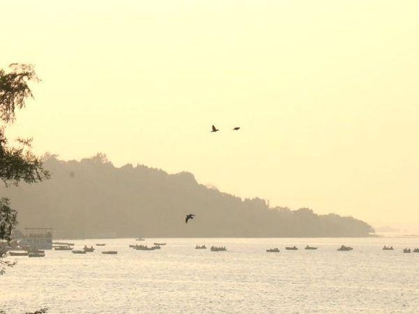 तस्वीर भोपाल बोट क्लब बड़ा तालाब की है, यहां पर शाम के वक्त मौसम में धुंध छाई रही।