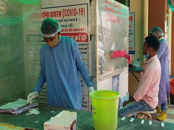 धमतरी के जिला अस्पताल के कोविड लैब में हर दिन 100 से अधिक लोगों का कोरोना टेस्ट हो रहा है। - Dainik Bhaskar