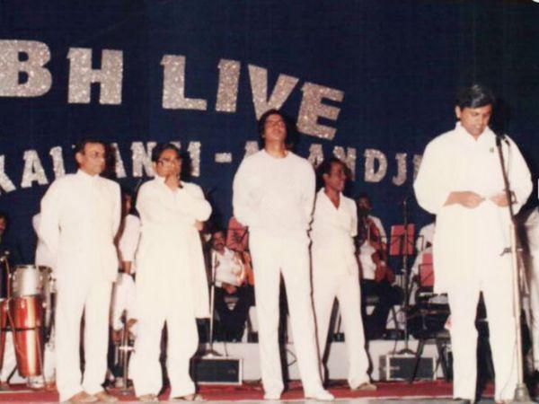 एक शो के दौरान मंच पर अमिताभ बच्चन के साथ अहमद पटेल (माइक पर)। फोटो क्रेडिट: https://ahmedpatel.co.in/