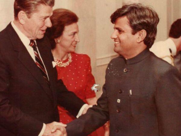 तत्कालीन अमेरिकी राष्ट्रपति रोनाल्ड रीगन के साथ अहमद पटेल। फोटो क्रेडिट: https://ahmedpatel.co.in/