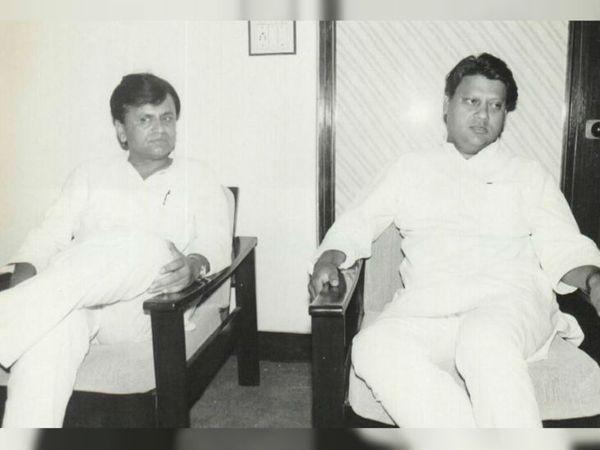 माधवराव सिंधिया (दाएं) के साथ अहमद पटेल। फोटो क्रेडिट: https://ahmedpatel.co.in/