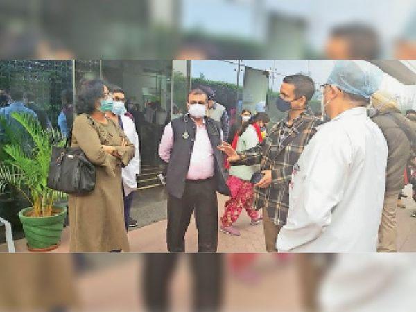 एनएचएस अस्पताल के डॉ. संदीप गोयल और डॉ. शुभांग अग्रवाल के साथ बातचीत करते हुए डीसी घनश्याम थोरी।-भास्कर - Dainik Bhaskar