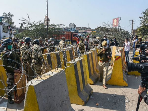 किसानों के दिल्ली चलो आंदोलन को देखते हुए दिल्ली बॉर्डर पर बैरिकैड लगाए गए हैं।