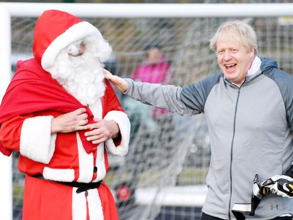 ब्रिटेन के PM बोरिस जॉनसन ने कहा है कि कोरोना के बावजूद क्रिसमस पर सांताक्लॉज गिफ्ट देने जरूर आएंगे।-फाइल फोटो। - Dainik Bhaskar