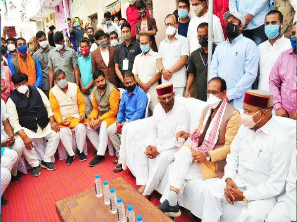 केन्द्रीय मंत्री थावरचंद गहलोत के घर शोक संवेदना जताने पहुंचे मुख्यमंत्री शिवराज।
