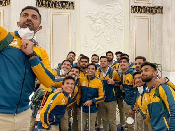पाकिस्तान क्रिकेट टीम के खिलाड़ी 24 नवंबर को न्यूजीलैंड रवाना होने से पहले लाहोर में सेल्फी लेते हुए। - Dainik Bhaskar
