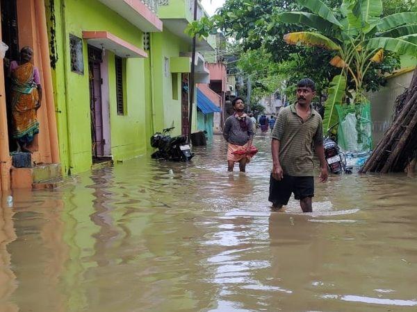 पुडुचेरी में सड़कों पर पानी जमा हो गया है।