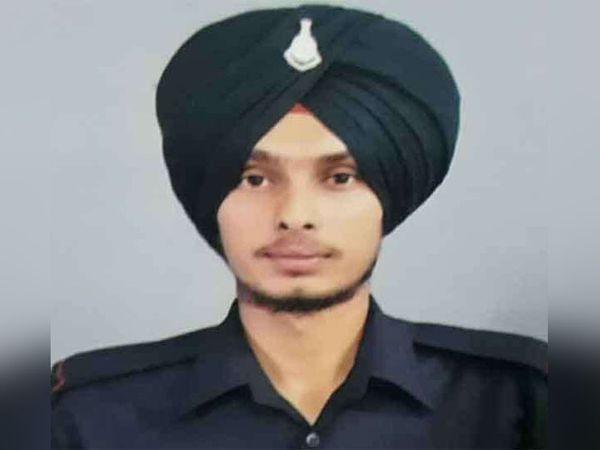 जम्मू-कश्मीर के राजौरी में शहीद हुआ खडूर साहिब हलके के गांव ख्वासपुरा का सैनिक सुखबीर सिंह। फाइल फोटाे - Dainik Bhaskar