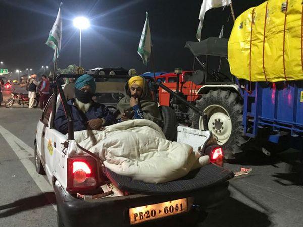 प्रदर्शन में शामिल किसानों को पूरी रात सड़क पर ही बितानी पड़ी।
