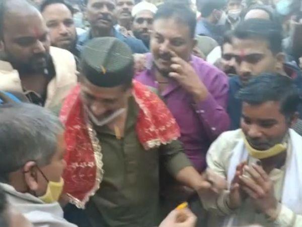 आरिफ मसूद का पीसीसी में आरती उतारकर और तिलक लगाकर स्वागत किया गया।