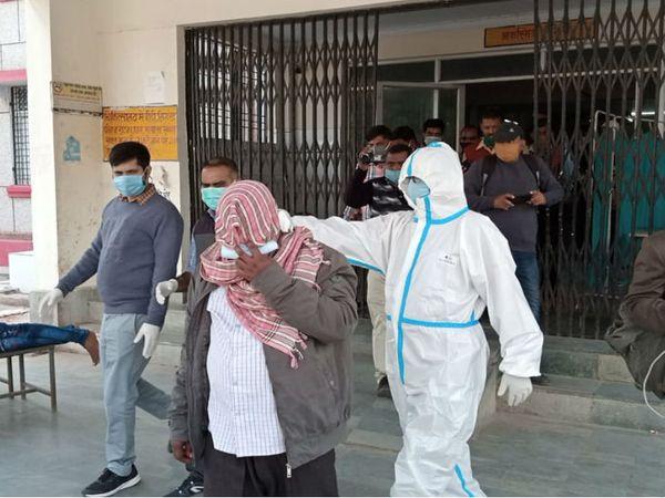 यह फोटो चित्रकूट जिला अस्पताल की है। जांच रिपोर्ट आने के बाद आरोपी को उसके घर ले जाती CBI टीम। - Dainik Bhaskar
