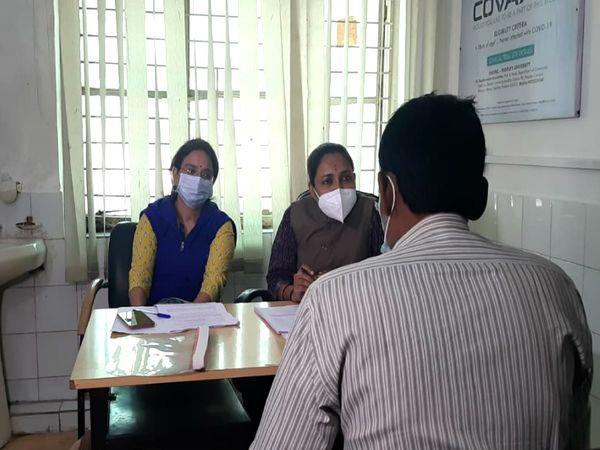 राजधानी भोपाल के पीपुल्स मेडिकल कॉलेज में शुक्रवार से कोरोना के टीके का ट्रायल शुरू हो गया। पहले वाॅलंटियर की काउंसिलिंग करती पीपुल्स काउंसलर्स की टीम। - Dainik Bhaskar